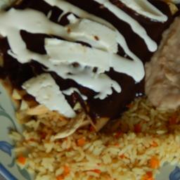 Paquete de enchiladas de mole con pollo, arroz y frijioles
