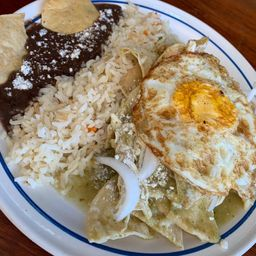 Chilaquiles Verdes con Pollo y Huevo