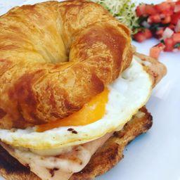 Croissant con Huevos y Tocino