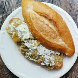 Torta de Chilaquiles con Bistec