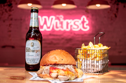 Curry Burger Polaca con Papas y Cerveza