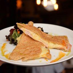 Crepa con queso gruyère y pavo