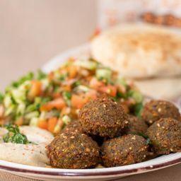 Falafel ,hummos y Ensalada Israeli.