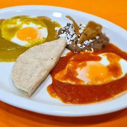 Huevos Divorciados Bañados en Salsa Roja y Verde, Quesadilla