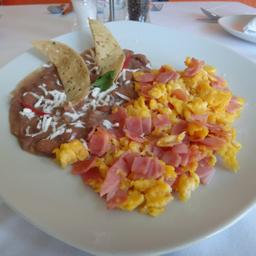 Huevos Revueltos con Jamón o Salchicha