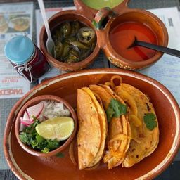 Tacos de Barbacoa, Consomé y Agua Ch