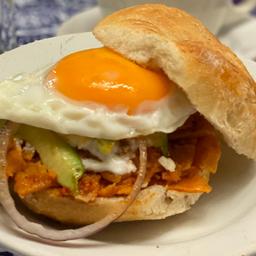 Torta de Chilaquiles con Huevo