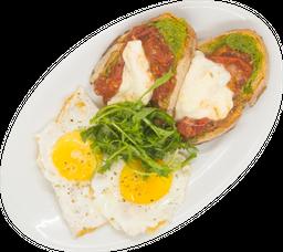 Huevos con Mozzarella, Jitomate Rostizado y Pesto
