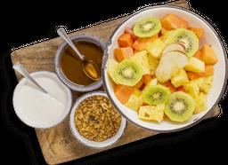 Frutas de Estación con Yogurt, Miel y Granola