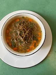 Sopa de verduras, tallarines de soba y fondo de pollo