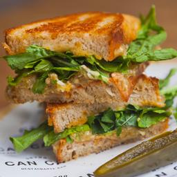 Sandwich de Berenjena Ahumada, Mezcla de Quesos & Arúgula