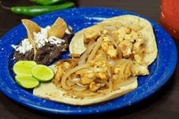 Tacos de Pechuga de Pollo Encebollada