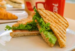 Sándwich de Pan Integral con Pavo y Panela