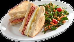 Sandwich Relleno de Salchicha y Tres Quesos