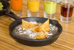 Frijoles Refritos con Totopos
