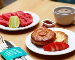 Bisquet + fruta o jugo + café