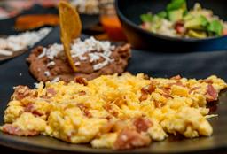 Huevos con jamón o tocino.