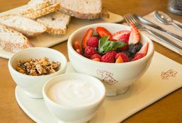 Ensalada de Frutos Rojos con Yogurt Orgánico