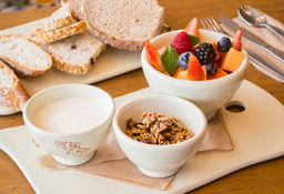 Ensalada de Frutas con Yogurt Orgánico y Granola