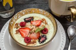 Yogurt Natural con Matcha y Frutos Rojos.