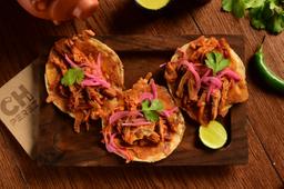 Tacos de Costras de Carnitas en Salsa Roja
