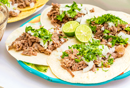 Tacos de barbacoa de res en harina