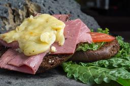 Sándwich con Roast Beef y Queso Mozzarella