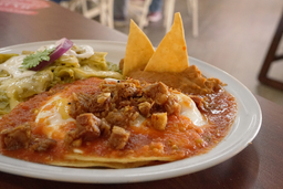 Huevos Rancheros con Chicharrón Carnita