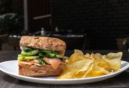 Sándwich Salmón y Queso Crema