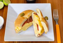 Bagel de Tocino con Huevo + Café
