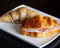 Croissant Recién Horneado Jamón y Queso