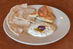 Empanada con Jocoque y Pan Árabe