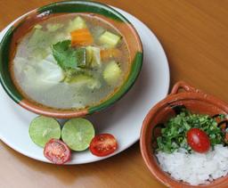 Consomé de Pollo con Verduras y Pechuga