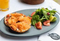 Sandwich Bagel con Salmón
