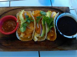 Tacos de Huevo con Chicharrón en Salsa Roja