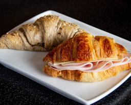 Croissant con pechuga de pavo y queso