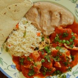 Paq. de Pantallitas de pollo en salsa, con arroz, frijolitos.