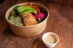 Bowl de Salmon, Camote, Paprika y Hummus de Betabel