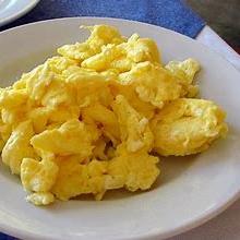 Huevos al gusto, jugo de naranja y café.