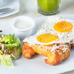 Huevos a Cheval de Tomate y Serrano
